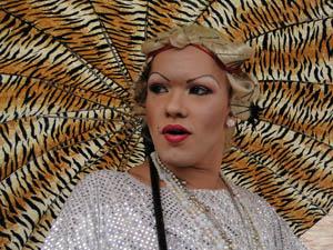 Personagem drag queen fez a contagem para o beijo.