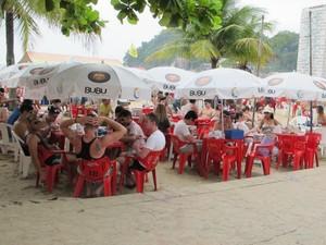Quiosque na praia do Itararé tem movimento intenso no verão (Foto: Anna Gabriela Ribeiro)
