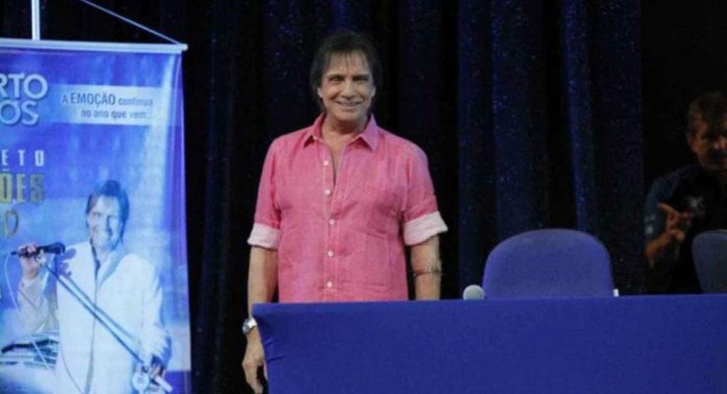 """Roberto Carlos abandona azul, veste rosa e dispara: """"Me"""